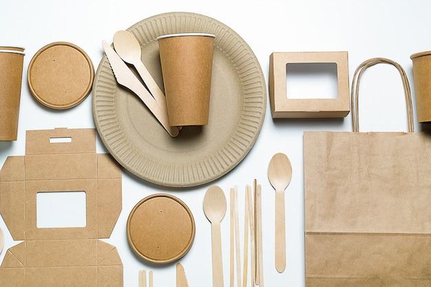 竹と紙でできた使い捨て食器。