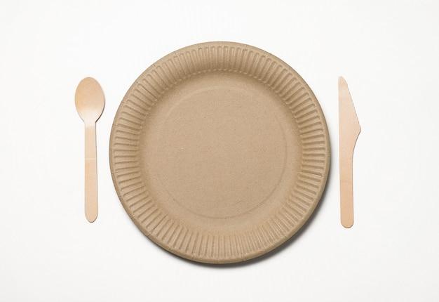 竹材と白のファーストフード紙で作られた環境に優しい使い捨て食器。