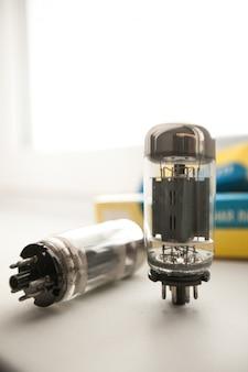 Старые вакуумные электронные трубки или лампочки