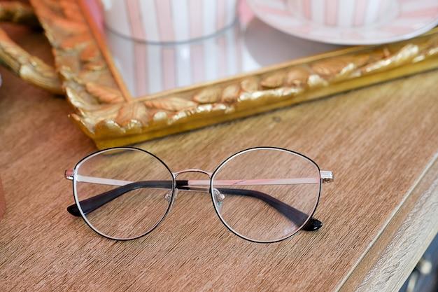 ガラスレンズ付きの黒い縁のメガネ