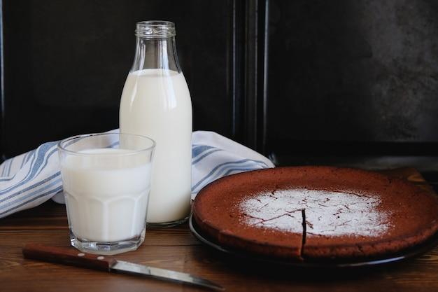 ガラス瓶とマグカップ、パイの横に新鮮な牛乳。