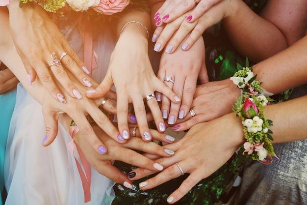 結婚式で指輪を持つ女の子の手。ブライドメイド結婚式。