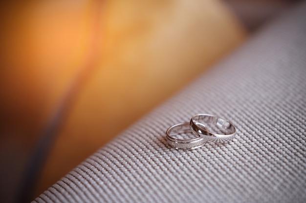 Два красивых обручальных кольца из белого золота с бриллиантами
