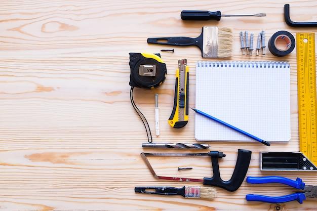 Блокнот для записей и строительные инструменты для строительства дома или ремонта квартир