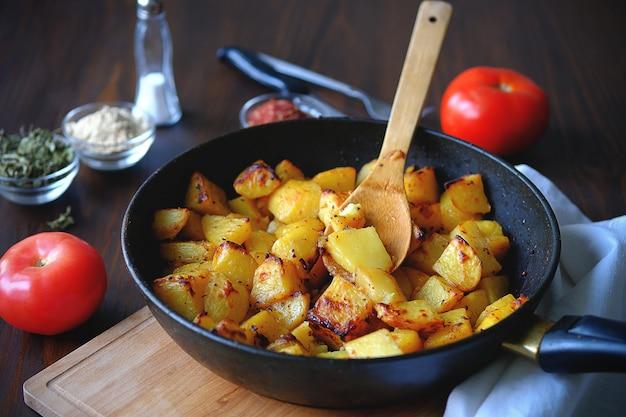 フライパンでオーブン焼きポテト。有機野菜、ビーガン、ベジタリアンのレシピ。