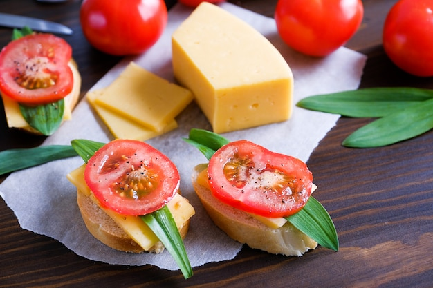 パン、サンドイッチ、トマト、ソルトシェーカー、チーズのスライス