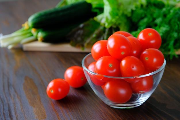 庭から自家栽培の野菜。天然有機農産物のコンセプト。