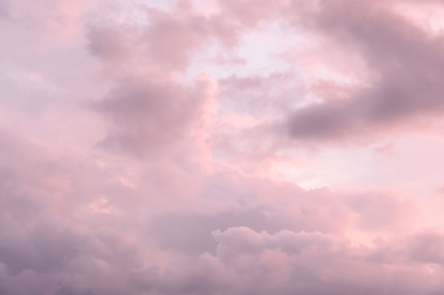 Кучевые облака в небе во время заката. пасмурная погода перед дождем.