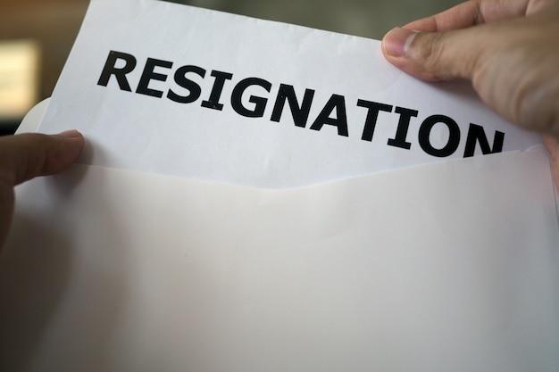 幹部は、スタッフから辞任書を開いています
