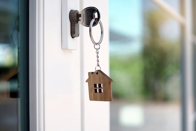 新しい家を開錠するための家の鍵はドアに差し込まれています。
