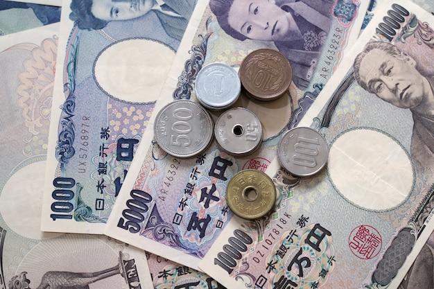 Примечания японских иен и монетки японских иен для концепции денег.