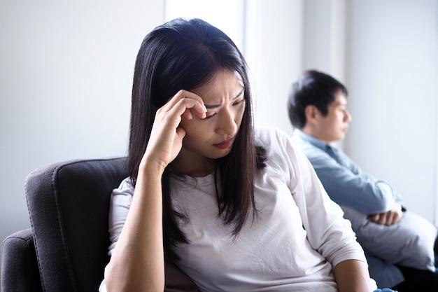 女性は夫の悪い態度で戦った後、落ち込んでいて動揺して悲しんでいました。不幸な若妻は結婚後に問題で退屈しました。