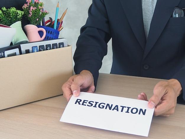 ビジネスマンは辞表を送っている。