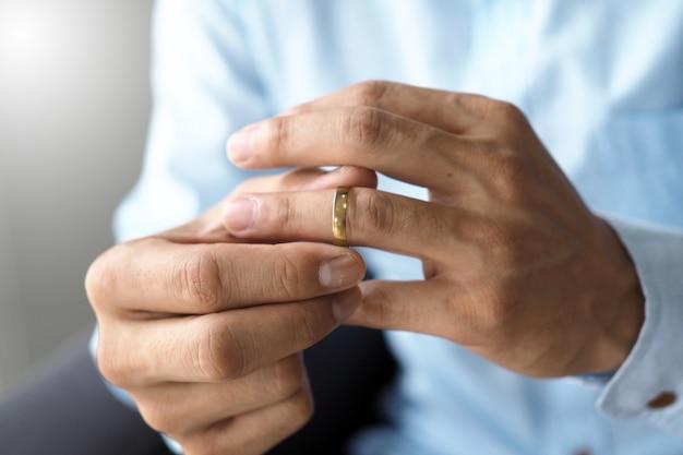 男性は結婚指輪を取り外し、書類を離婚する準備をすることにしました。