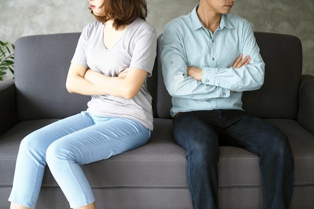 カップルは口論の後、退屈し、ストレスを感じ、動揺し、イライラします。