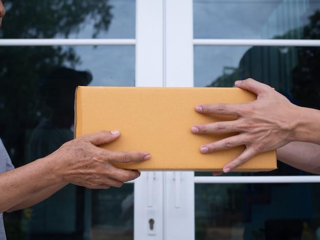 配達人は、宅配ボックスを受取人に送信しています。