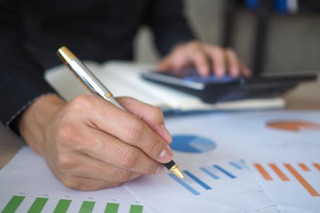 過去の投資データを調べて計算することでビジネスを開始します。