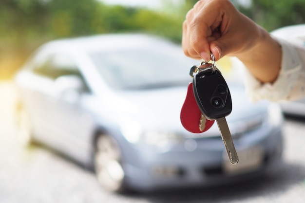 Владелец автомобиля дает ключи от машины
