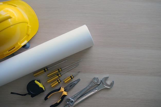 請負業者の机とエンジニアリングチーム