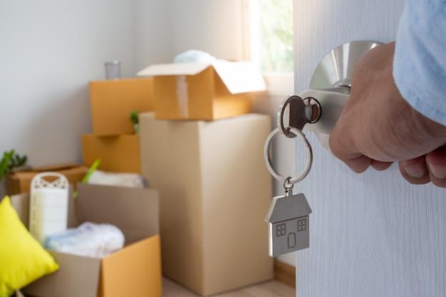 新しい家の所有者が部屋のドアを開ける