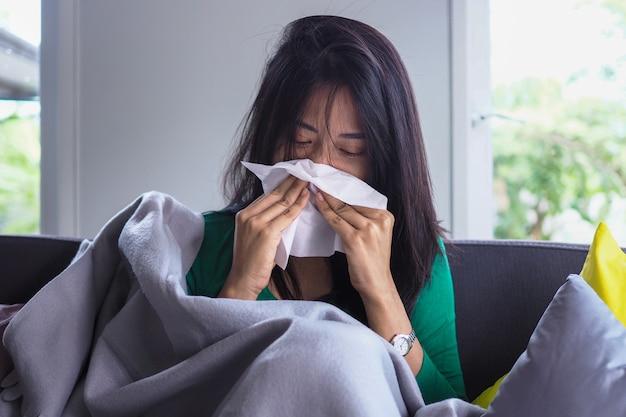 アジアの女性は、高熱と鼻水があります。病気の人