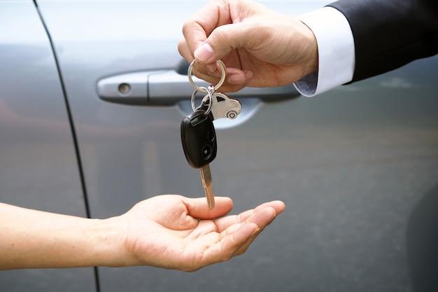 車のセールスマンと新しい所有者への鍵。