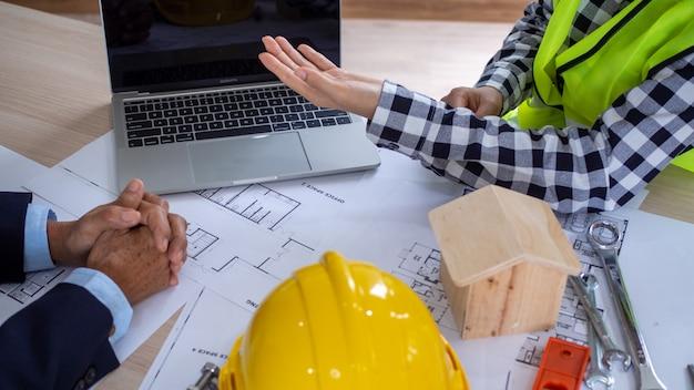プロジェクト請負業者と顧客の間の作業会議。住宅の建設と修理への投資