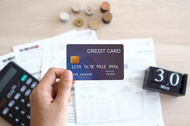 クレジットカードと財務書類テーブルの上に置く
