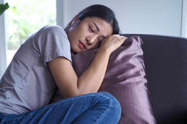 精神疾患、不安、幻覚、精神的転倒のあるアジアの女性