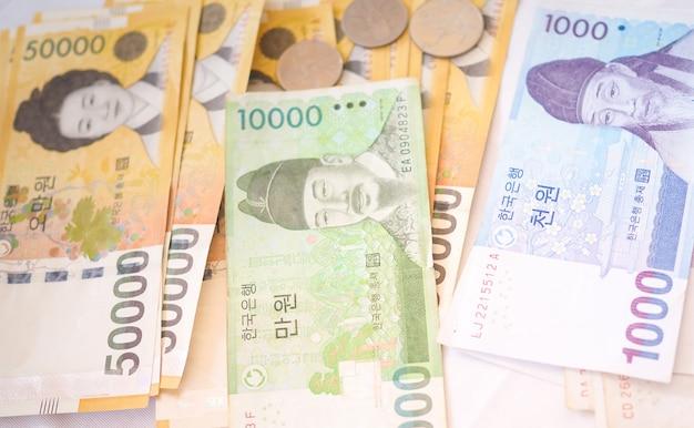 韓国ウォンのメモと韓国ウォンのお金の概念の背景のコイン