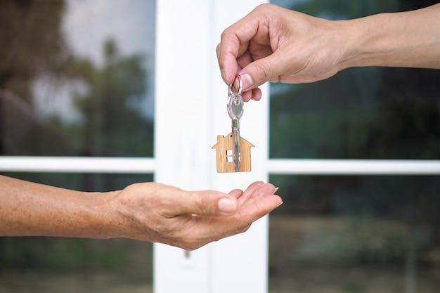 Покупатели дома берут ключи от дома у продавцов