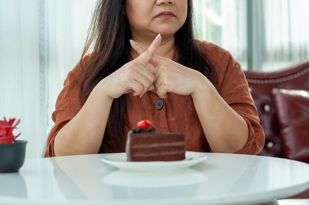 女性はチョコレートケーキを食べることを拒否します