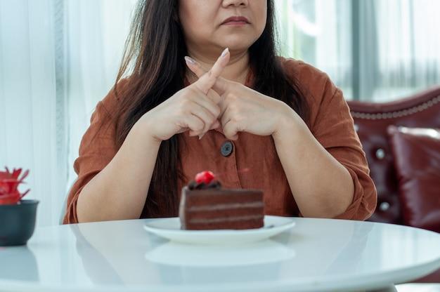女性はチョコレートケーキを食べることを拒否しました