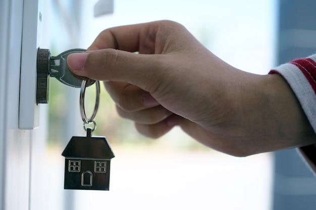 Арендодатель открывает ключ от дома для нового дома