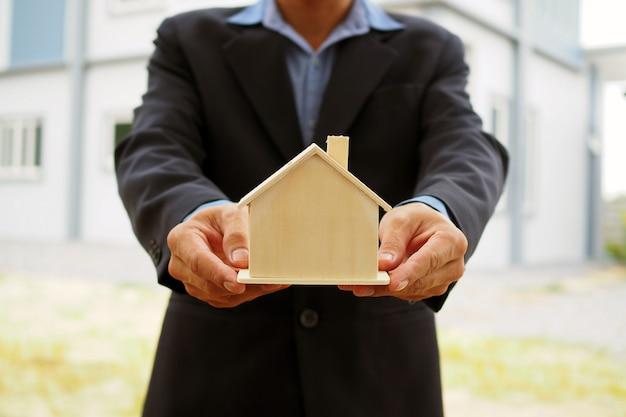 住宅販売員はバイヤーのための住宅デザインを開催します。