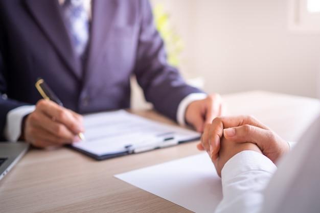 Босс сидит с персоналом, информируя о процессе работы и планировании. предложите, как работать для новых сотрудников.