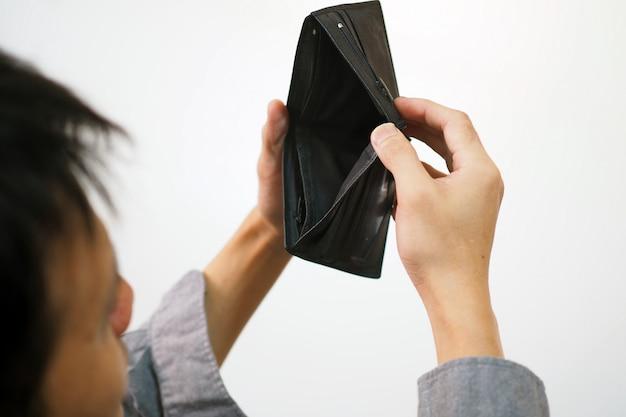 男は空の財布を見ました、借金で、お金から、給料従業員は十分なお金を使いません