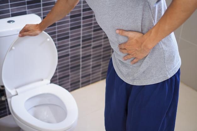 男性は胃の痛みがあります。
