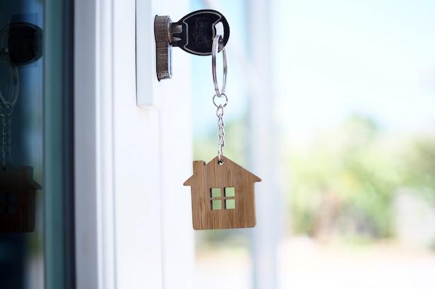 新しい家のドアの鍵を開けるための家の鍵。