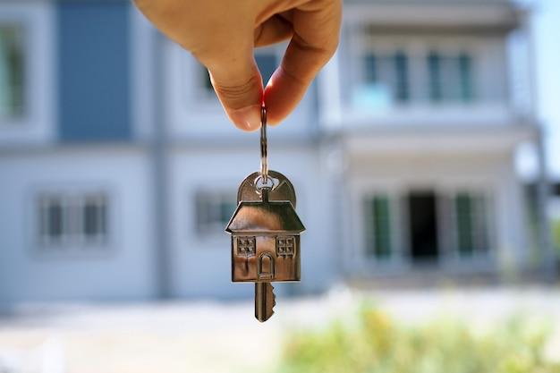 家主が新しい家の家の鍵を開ける