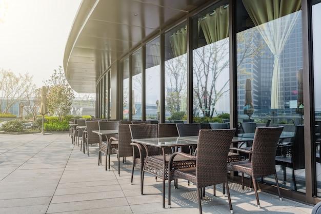 外のテーブルと椅子付きのレストラン