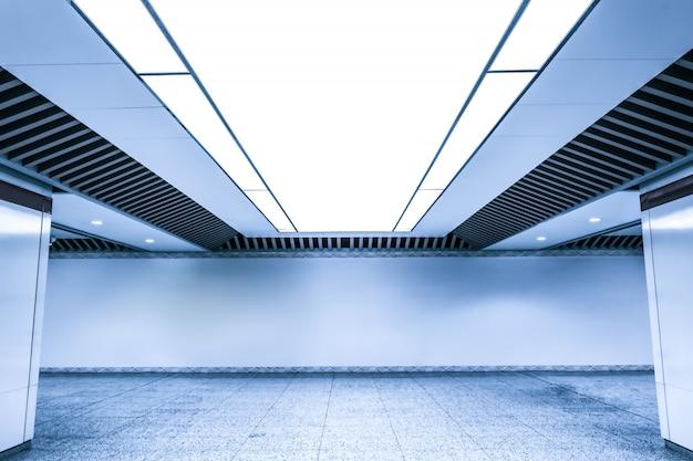 白い壁と照らさ天井ホール