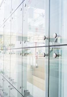 Крупным планом фасад с отражениями