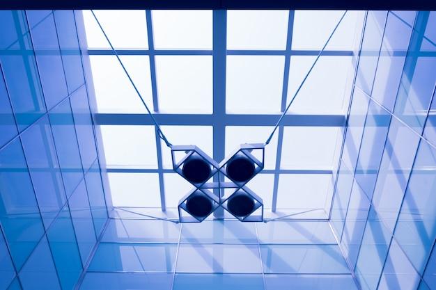 天井からぶら下がって幾何学的なランプ