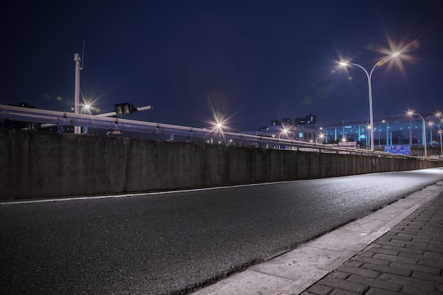照らされた街灯の道路