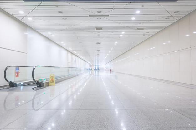 動く歩道で広い廊下