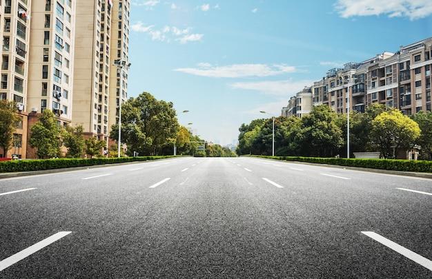 両側の建物と広い道路