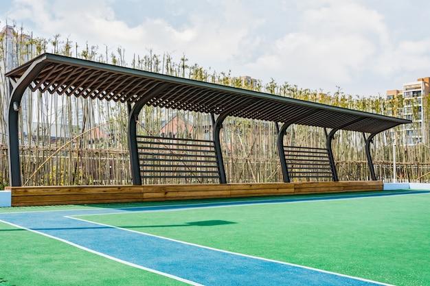 Сад с деревянной скамье