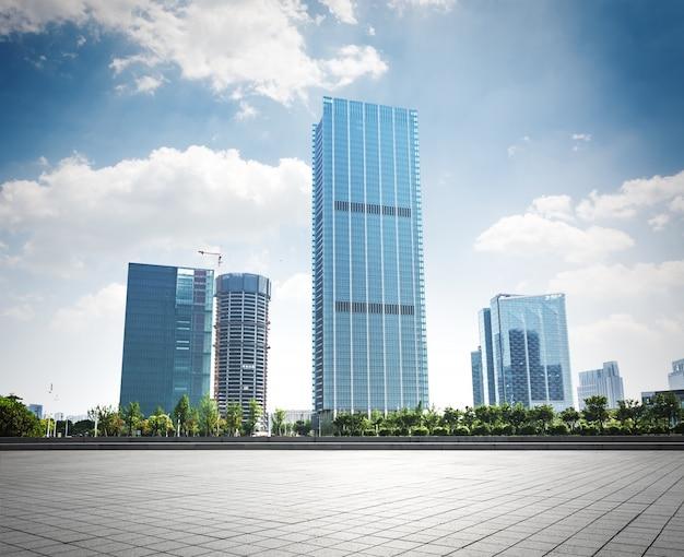 異なるデザインのガラスの建物