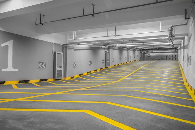 現代の地下駐車場への入り口